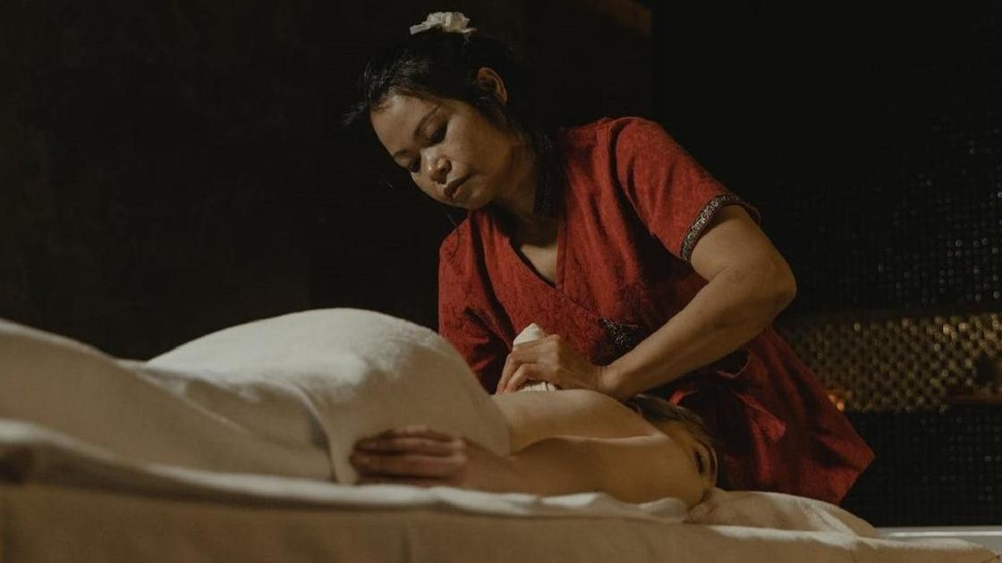 Женщина делает массаж