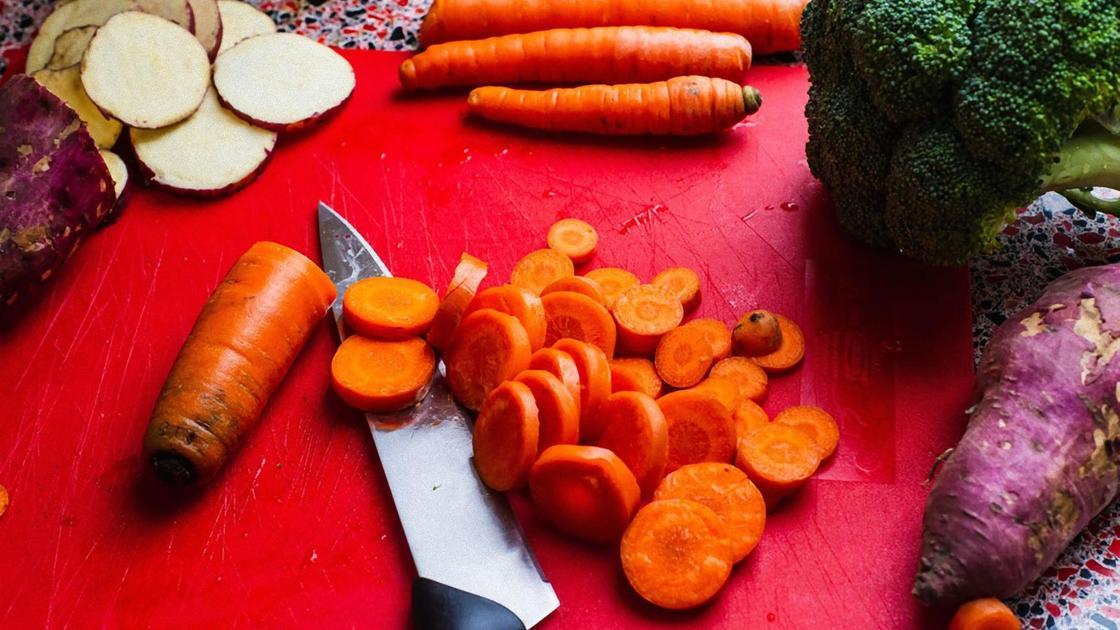 Нарезанные редька и морковь