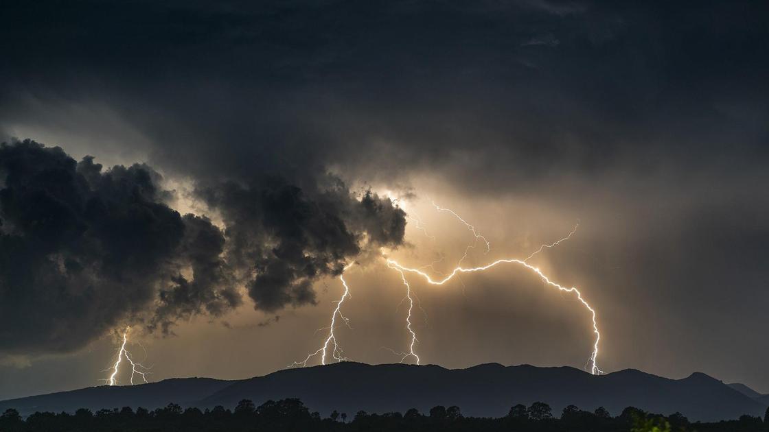 Штормовое небо с молниями