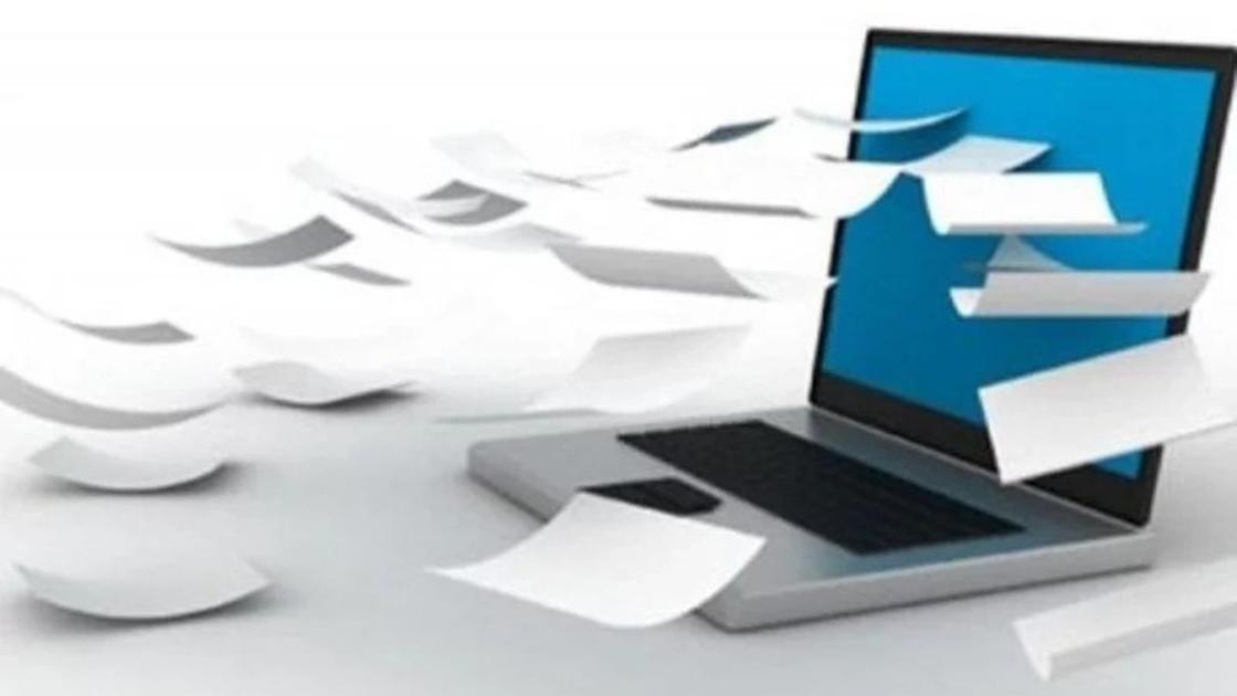 ноутбук и листы бумаги