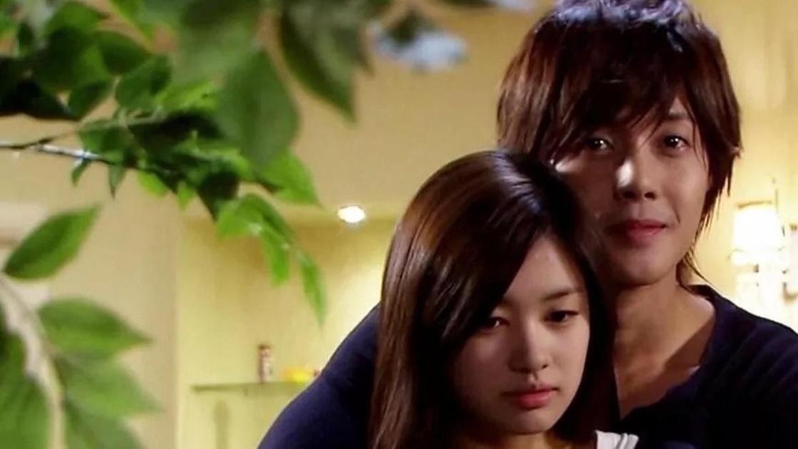 кадр из сериала «Озорной поцелуй»