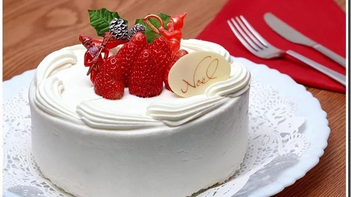 торт со сливками и клубникой
