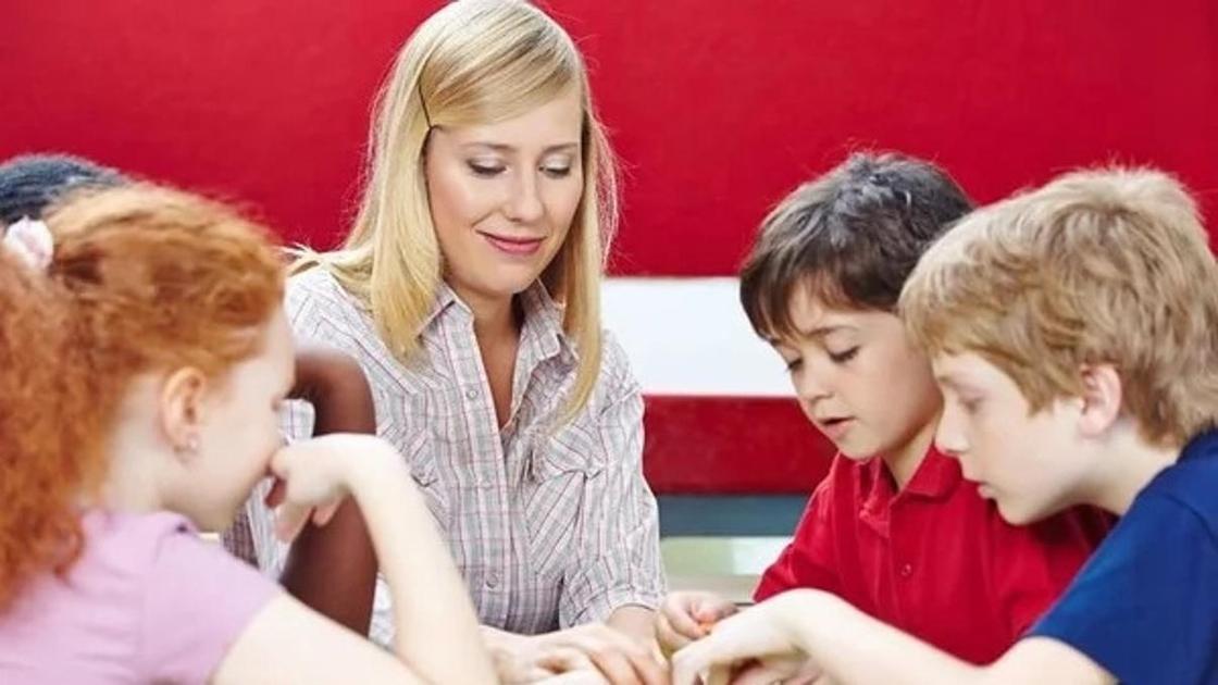 женщина и дети играют