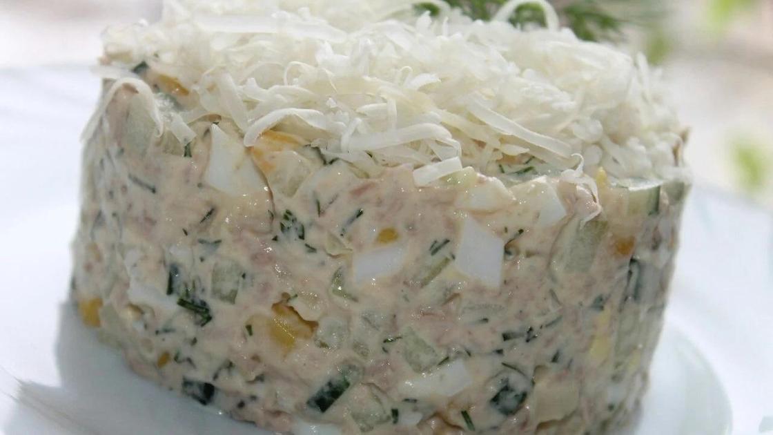 Салат из печени трески с яйцом и кукурузой