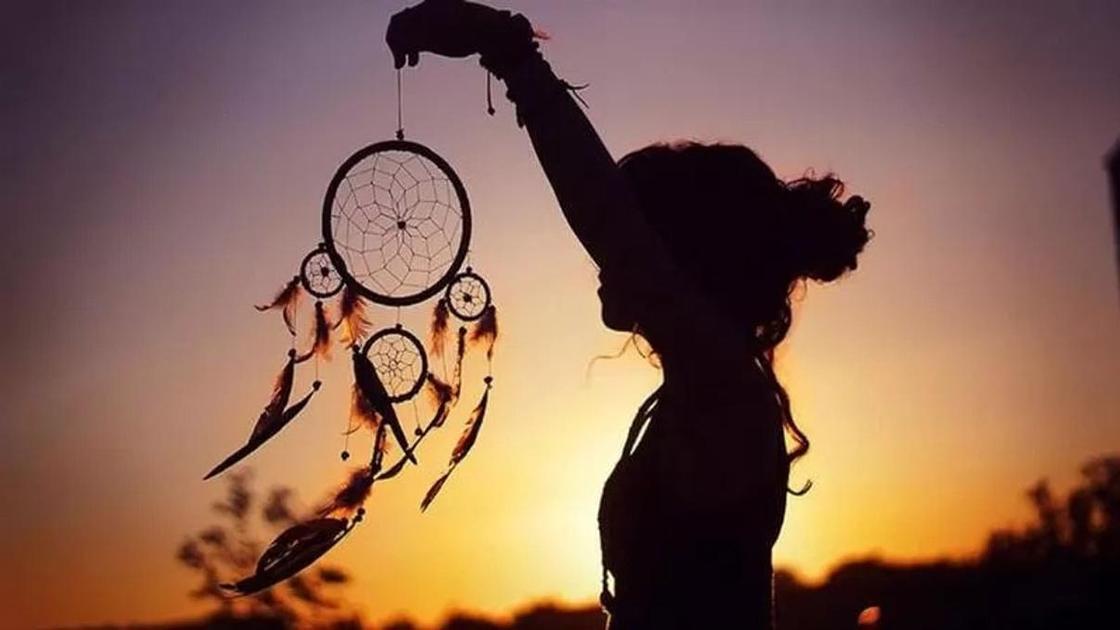 девушка с ловцом снов