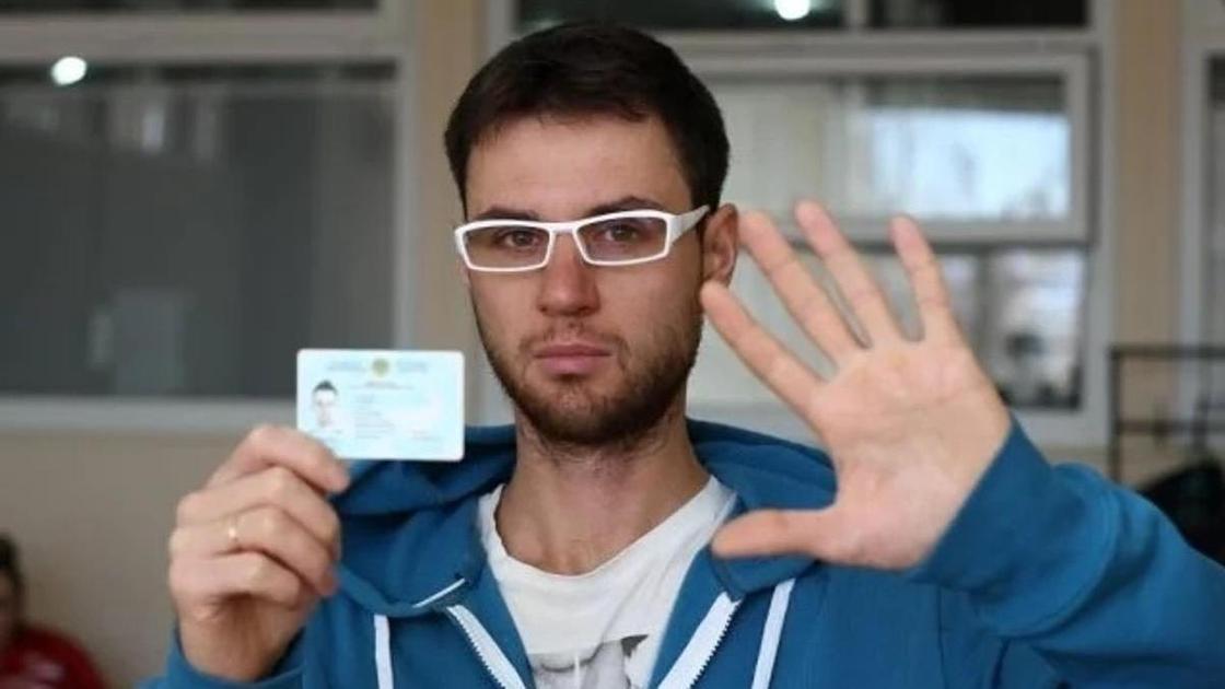 мужчина держит удостоверение в руках