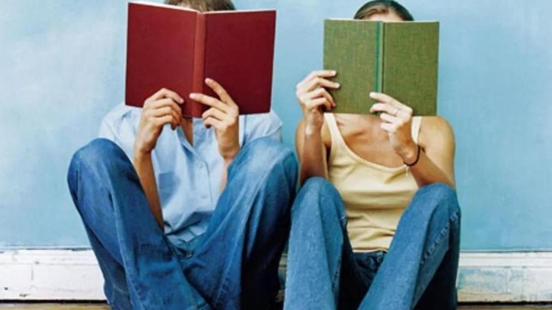 Мужчина и женщина читают