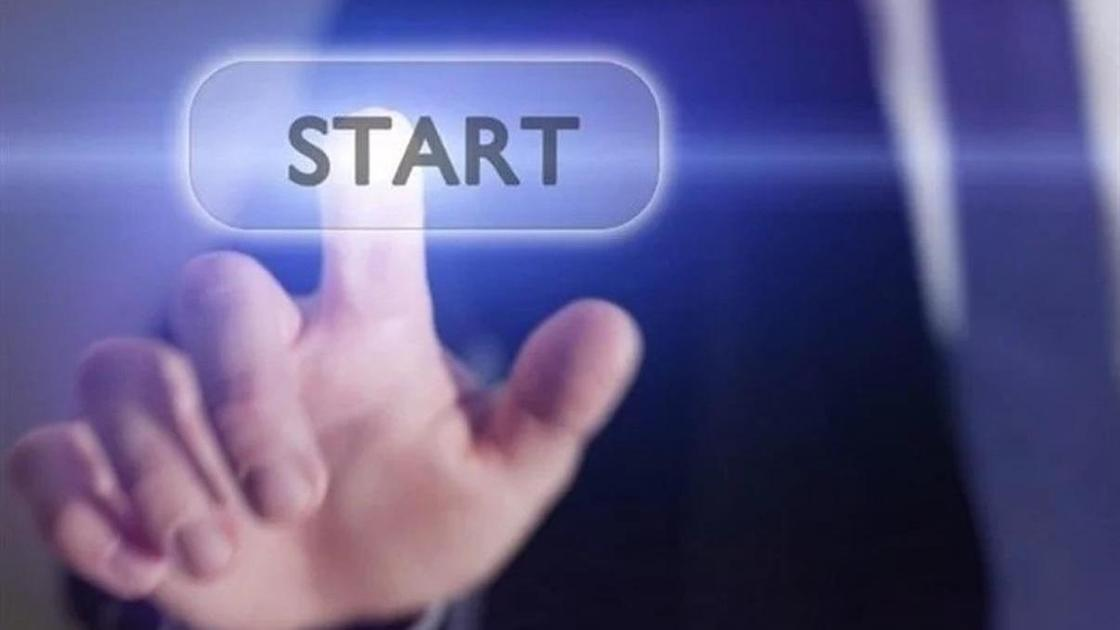 палец нажимает кнопку start
