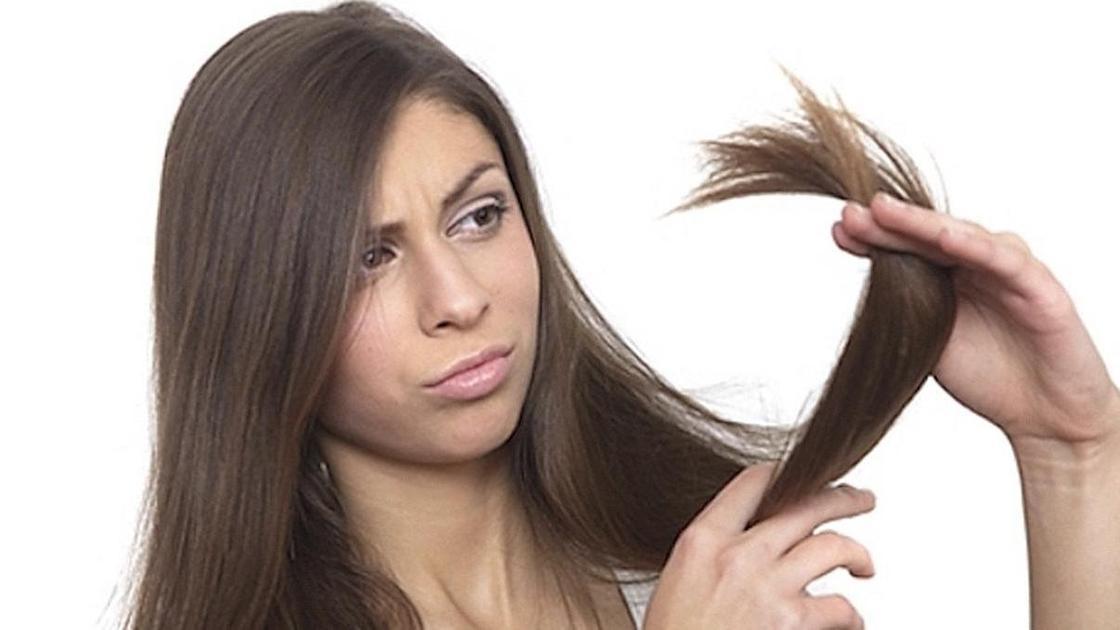 девушка смотрит на волосы