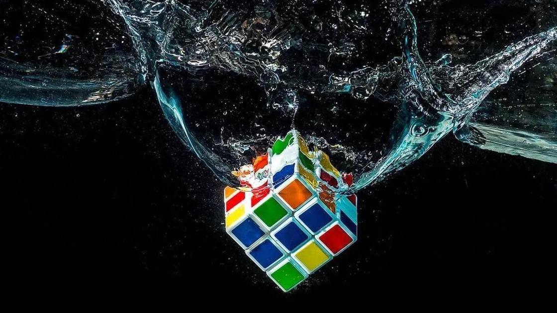 кубик Рубика в воде