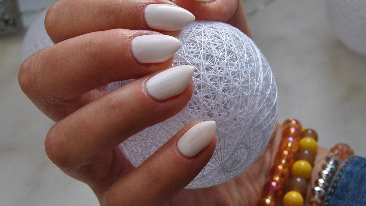 В пальцах с маникюром шар