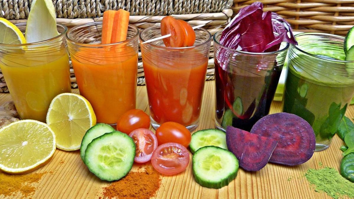 Пищевые красители в стаканах и овощи, из которых они сделаны