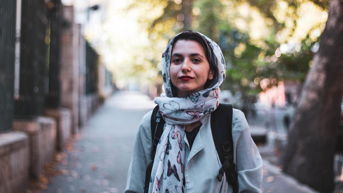 девушка с завязанным на голове шарфом