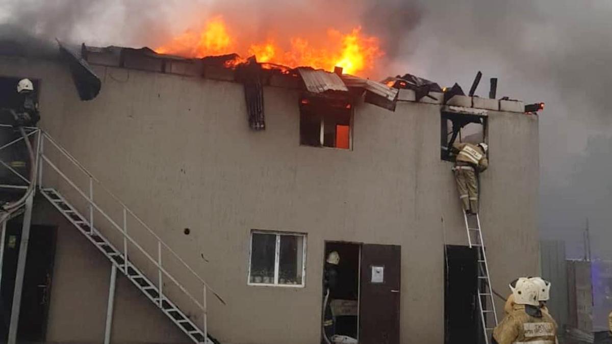 Пожар произошел в общежитии на территории частного предприятия в Алмат
