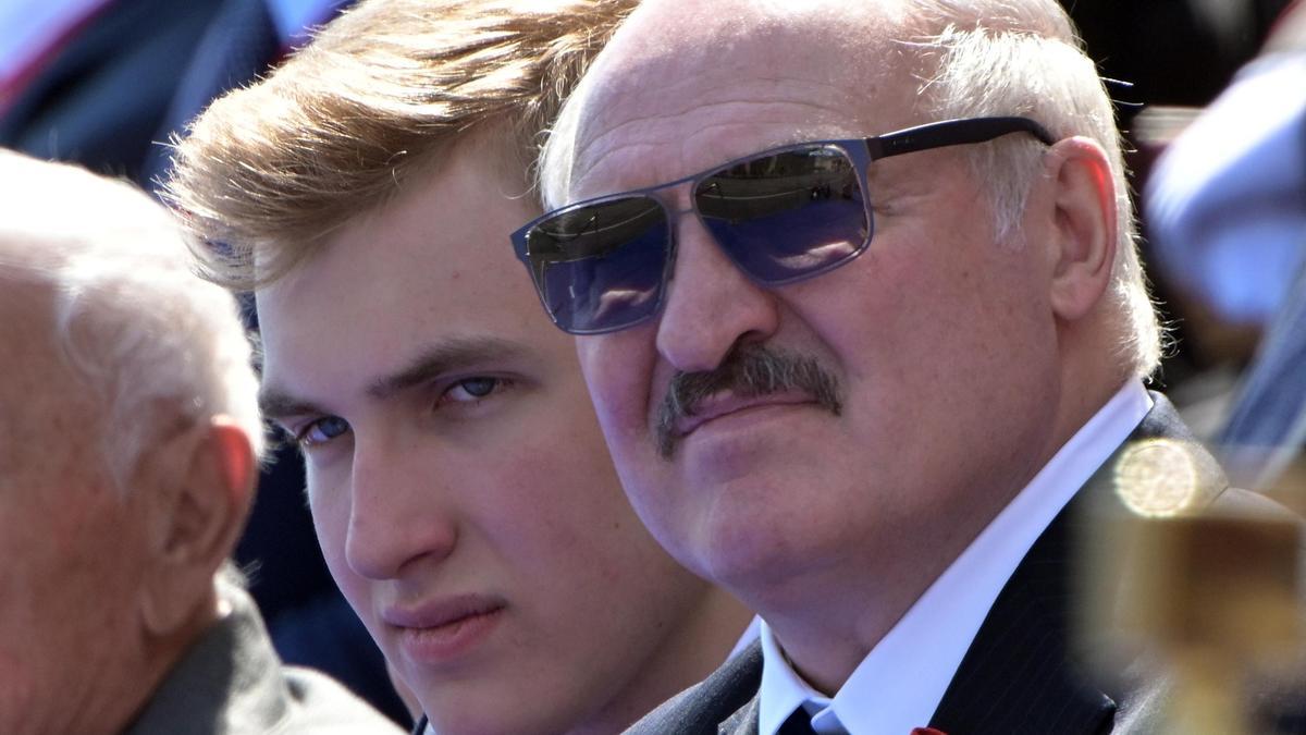Юрист пояснил законность автомата в руках Лукашенко-младшего