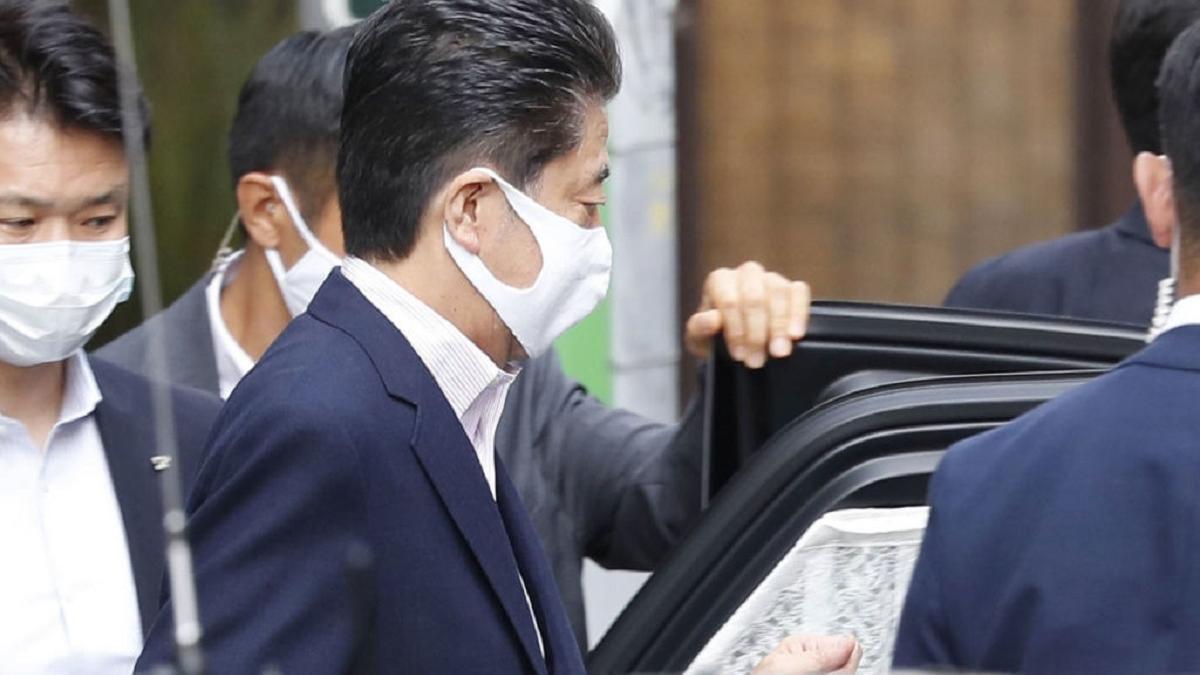 Премьер-министр Японии вновь попал в больницу