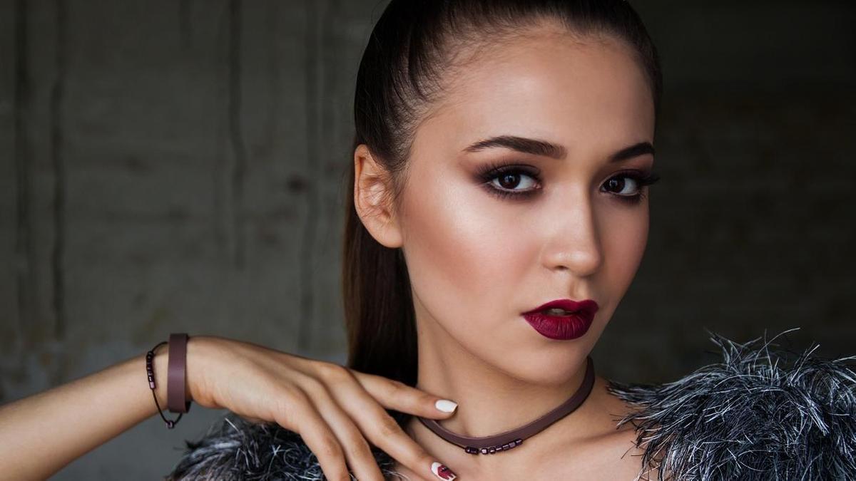 У девушки макияж с использованием хайлайтера