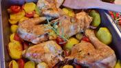 Куски курицы на противне с картофелем, кабачками и томатами