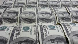 Долларовые банкноты лежат на конвейере