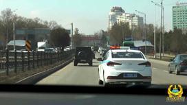 Полицейская машина едет по дороге