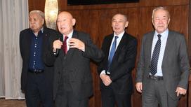 Райымкул Каракулов в окружении коллег