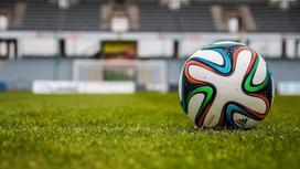 Футбольное поле и мяч