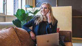 девушка на работе говорит по телефону