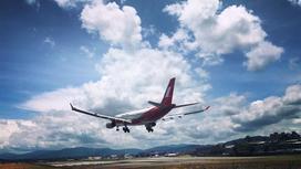 Самолет приземляется на взлетно-посадочную полосу