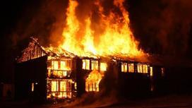 Дом охвачен огнем