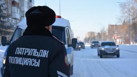 Полицейский стоит на дороге