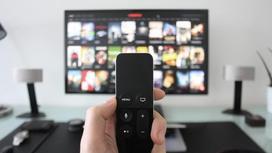Телевизор и пульт в руке
