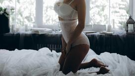 Девушка в нижнем белье на кровати