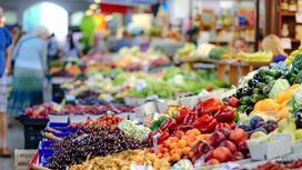 Фрукты и овощи лежат на прилавках на рынке
