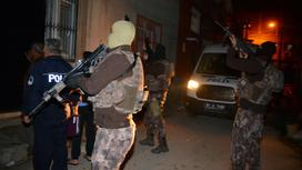 Полиция и ОМОН рядом с домом