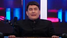 Азамат Мусагалиев сидит за столом