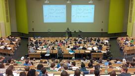 Студенты слушают лекцию в аудитории