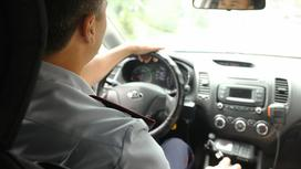 Полицейский за рулем служебного авто