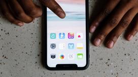 Человек пользуется iphone