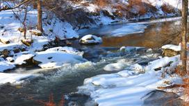 Речная вода просачивается меж камней