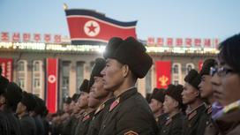 Люди стоят на площади в КНДР