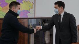 Иманбек и Абылкаир Скаков жмут руки