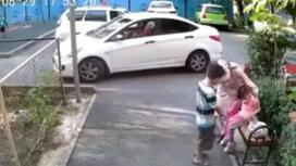 Девочку сбили во дворе дома