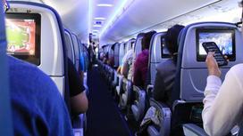 Люди летят в самолет