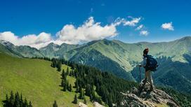 Турист стоит на горе