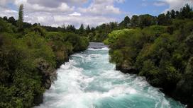 Мощный поток воды в реке