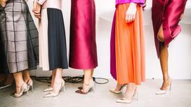 Стильные женщины в юбках и платьях