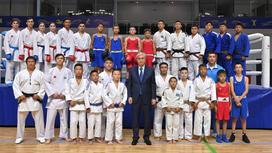 Касым-Жомарт Токаев в окружении молодых спортсменов