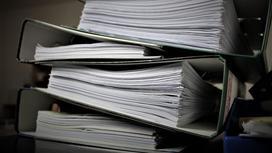 Папки с бумагами лежат на столе