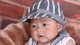 Младенец в кепке