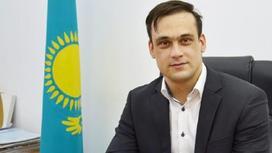Илья Ильин сидит в своем кабинете